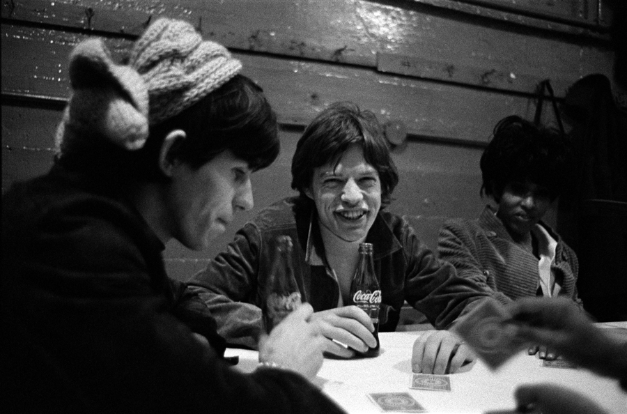 Keith Richards & Mick Jagger with Nona Hendryx backstage USA 1965 © Gered Mankowitz